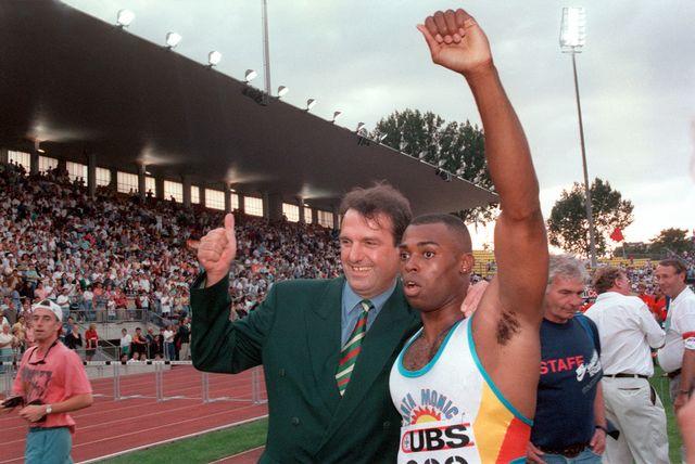 """6 juillet 1994: Leroy Burrell (aux côtés de Jacky Delapierre) bat le record du monde du 100m en 9""""85. [Keystone]"""
