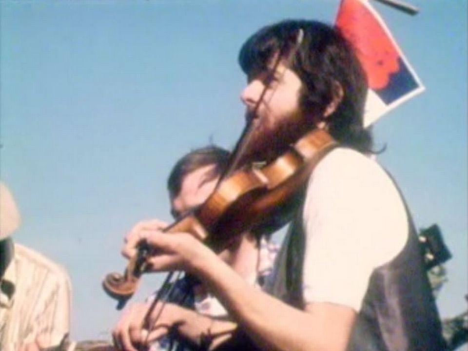 En 1976, les musiciens descendent dans les rues de Nyon pour rameuter la foule à la salle communale. [RTS]