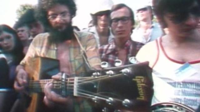 Nyon Folk Festival, 1977: entre deux concerts, les musiciens amateurs se réunissent pour des jams. [RTS]