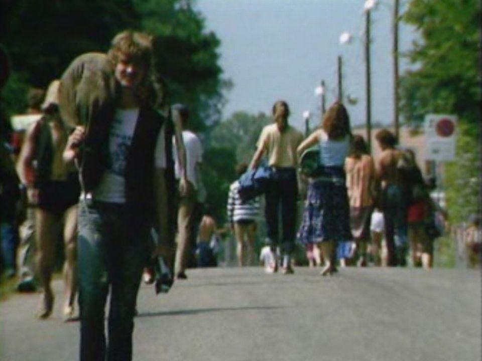 Les festivaliers affluent de tout le pays au Nyon Folk Festival, édition 1981. [RTS]
