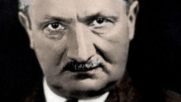 Heidegger conseille de prendre du recul vis-à-vis de la technique