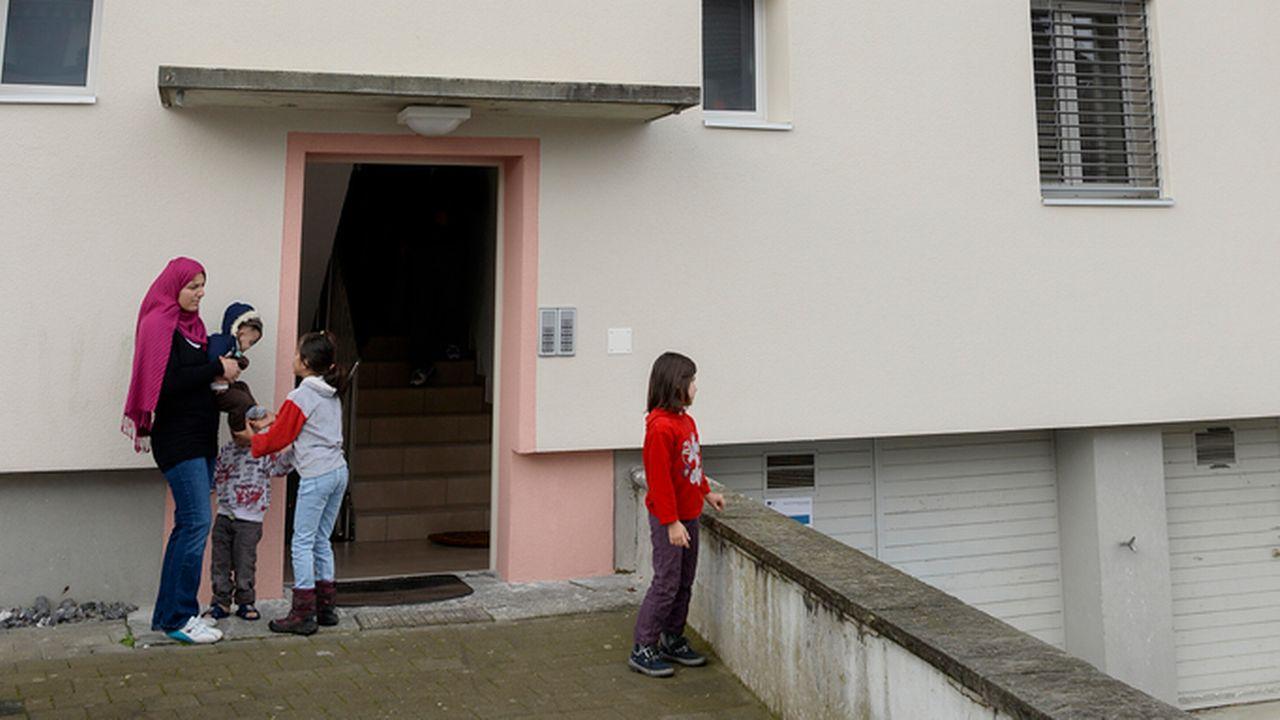 L'aide sociale est censée faciliter la vie de ses bénéficiaires en Suisse, et pas de leurs familles restées au pays, selon l'UDC. [Walter Bieri - Keystone]