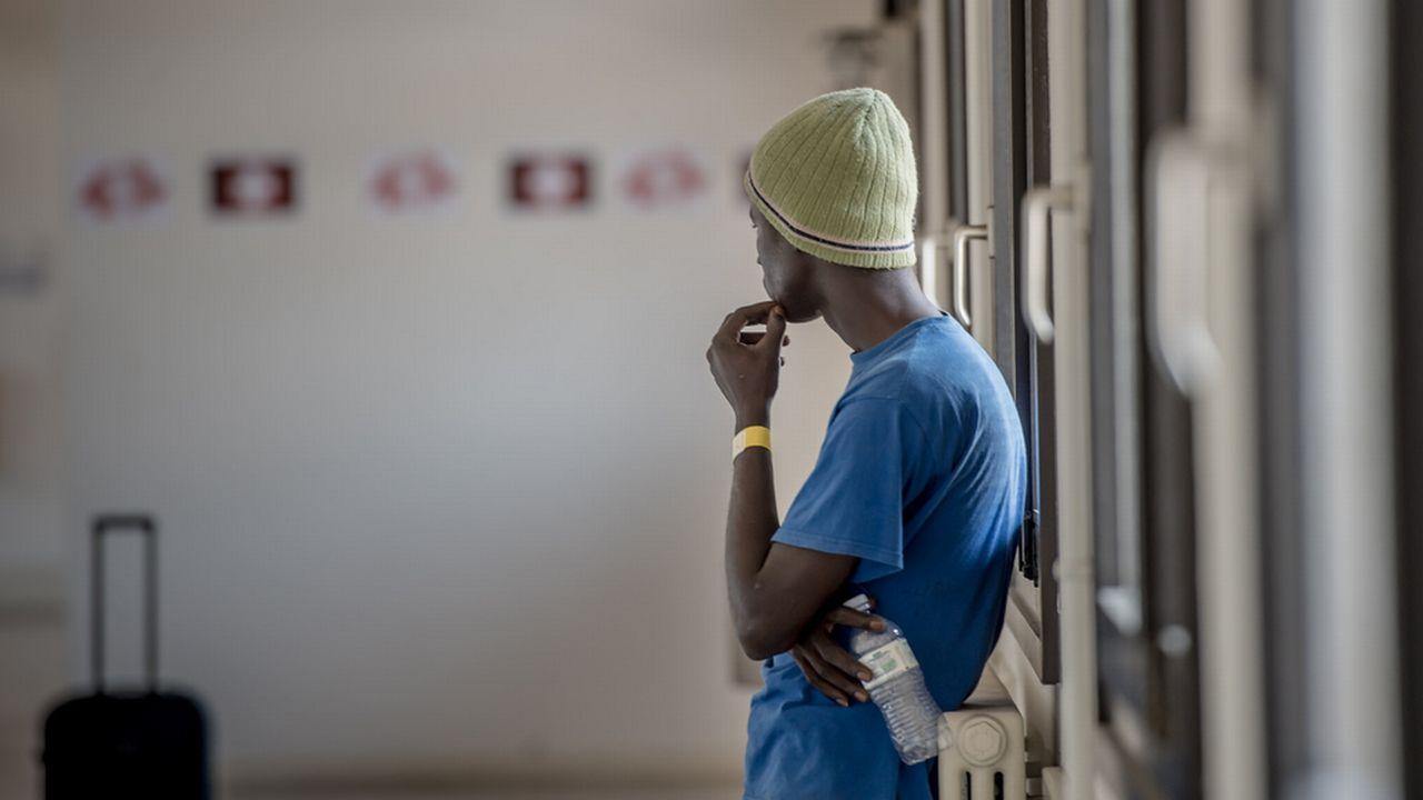 Un migrant à la douane de Chiasso au Tessin. [Ti-Press/Pablo Gianinazzi - Keystone]