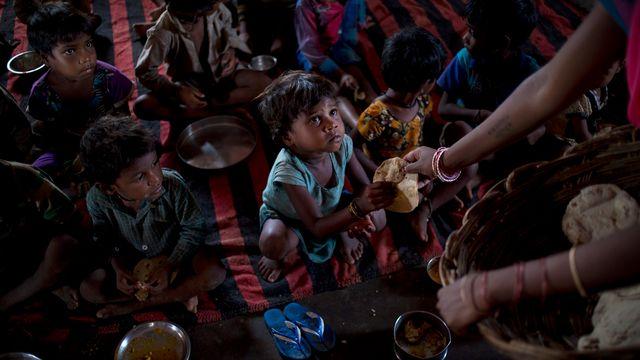 En Inde, un enfant de moins de cinq ans sur deux est mal nourri. [Saurabh Das - AP/Keystone]