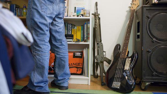 Le débat sur le maintien de l'arme de service à domicile refait surface après un accident mortel à Genève.