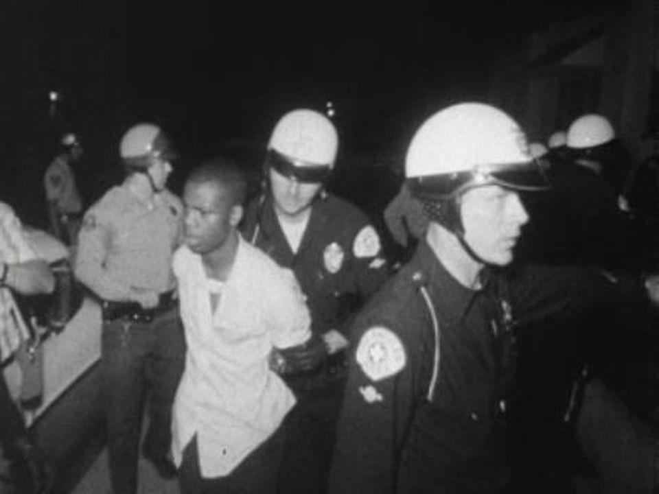 La police procédera à 4000 arrestations lors des émeutes de Watts en 1965. [RTS]