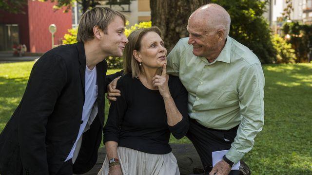 """Le cinéaste Barbet Schroeder à droite, avec les acteurs Max Riemelt et Marthe Keller pour le film """"Amnesia"""". [Samuel Golay - Festival del Film Locarno]"""
