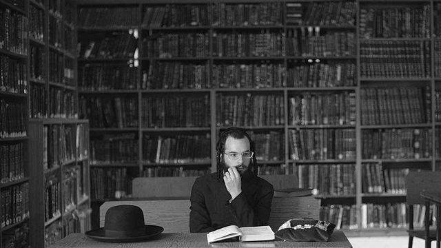 "Scène du film ""Tikkun"": Haim-Aaron en pleine réflexion à la Yeshiva. [avishaisivan.com]"