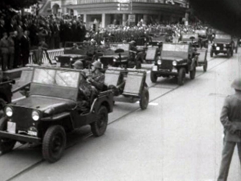 Le citoyen soldat défile au pas dans la ville de Fribourg.