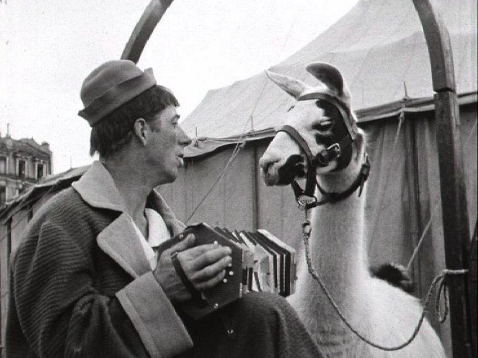 Clown et lama du cirque Pilatus, 1954. [RTS]