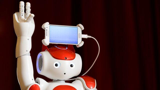 """Le robot NAO """"Avatar Kids"""" lors de sa présentation à la presse le 19 août 2015 à Yverdon-les-Bains. [Keystone]"""