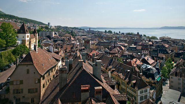 La ville de Neuchâtel et son château en mai 2010. [Gaetan Bally - Keystone]