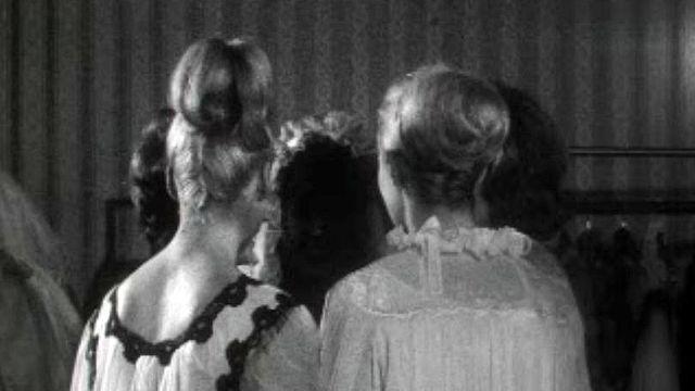 Maquillage et chemise de nuit dans le magazine Madame TV. [RTS]