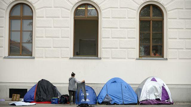 Des réfugiés campent devant le centre de premier accueil Traiskirchen, en Autriche. [Hans Klaus Techt - APA/Keystone]