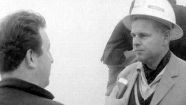 Après la catastrophe de Mattmark le 30 août 1965, Carrefour recueille des témoignages. [RTS]
