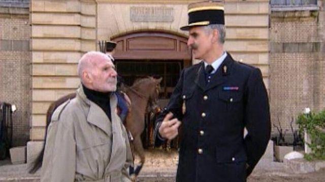 Visite de Jacques Dufihlo dans les écuries de la Garde Républicaine.