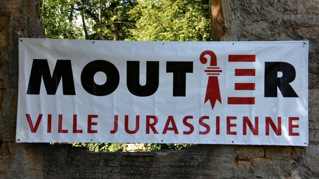 """""""Moutier, ville jurassienne"""": une affiche que l'on croise de plus en plus souvent dans le Jura. [Gaël Klein  - RTS]"""