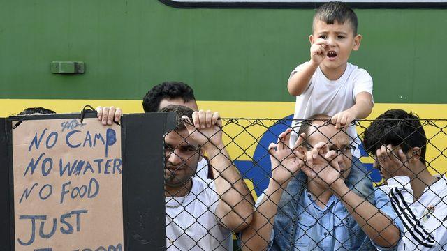 Bloqués depuis jeudi à Bicske, une partie des migrants réclament le droit à pouvoir se rendre en Allemagne librement. [Keystone]
