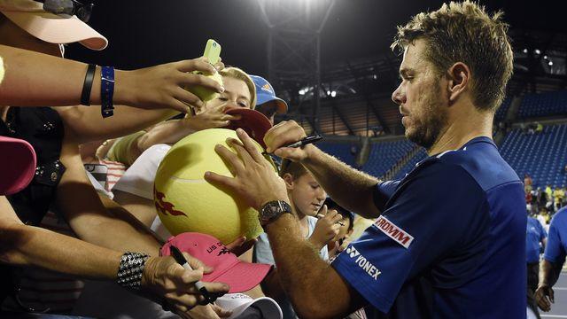 Stan se livre de bon coeur à la séance d'autographes après la partie. [Kathy Kmonicek - Keystone]