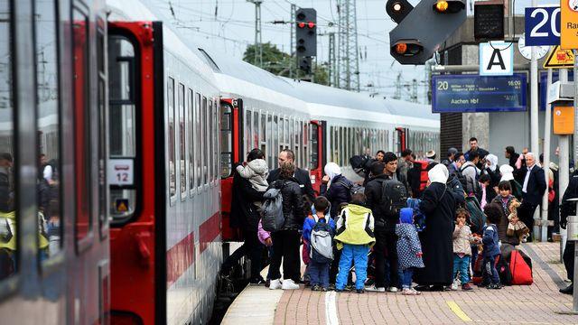Trois trains de migrants sont encore attendus lundi en Allemagne (ici à Dortmund, dimanche). [Patrick Stollarz - AFP]