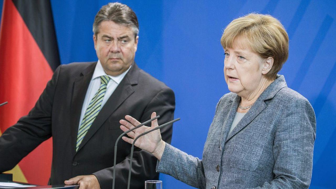 Angela Merkel, en compagnie du vice-chancelier Sigmar Gabriel, ce lundi 7 septembre 2015 devant la presse à Berlin. [Michaël Kappeler - EPA/Keystone]