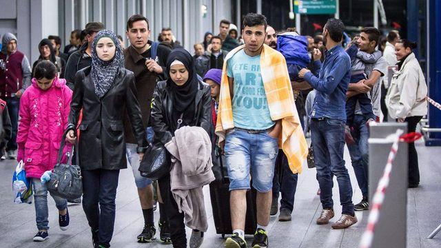Des réfugiés arrivent à la station de Düsseldorf. [Maja Hitji - EPA/Keystone]