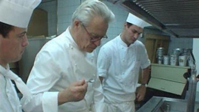 Frédy Girardet goûtant une sauce dans ses cuisines, en 1993. [TSR]