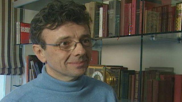 Gérard Rabaey et sa collection de livres anciens de cuisine, en 2005 [RTS]