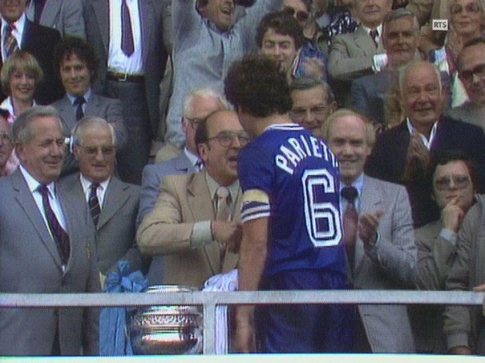 Le capitaine du Lausanne Sports Marcel Parietti reçoit la coupe de Suisse au Wankdorf en 1981. [RTS]
