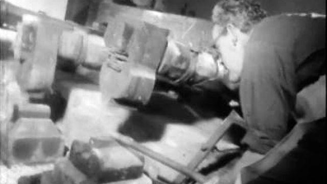Un vieux moulin, une forge et des forgerons au travail.