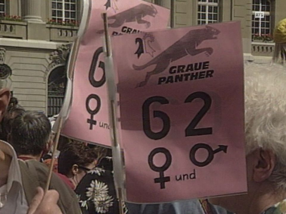 Manifestation contre le relèvement de l'âge de la retraite à 64 ans pour les femmes, Place fédérale en juin 1994. [RTS]