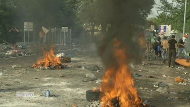 Des violences eclatent entre des migrants et la police hongroise [RTS]