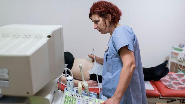S'ils soupçonnent un cancer de l'ovaire, les médecins procèdent à une échographie, puis à un acte chirurgical pour confirmer la présence de la maladie (image d'illustration). [Christian Beutler - Keystone]