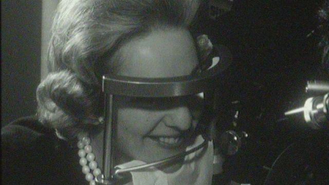 Appareil pour les soins du visage en 1960. [RTS]