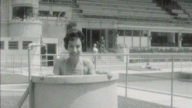 Mode estivale à la piscine de Montchoisi en 1959. [RTS]