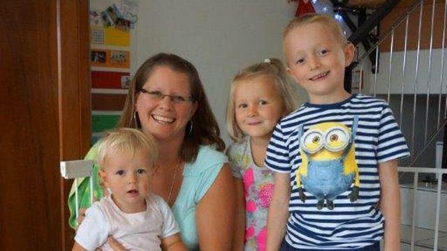 Vanessa Bonjour avec ses trois enfants, à Remaufens. Avec son mari, cette vaudoise a choisi de s'installer dans le canton de Fribourg et pendule pour se rendre au travail. [Delphine Gendre - RTS]