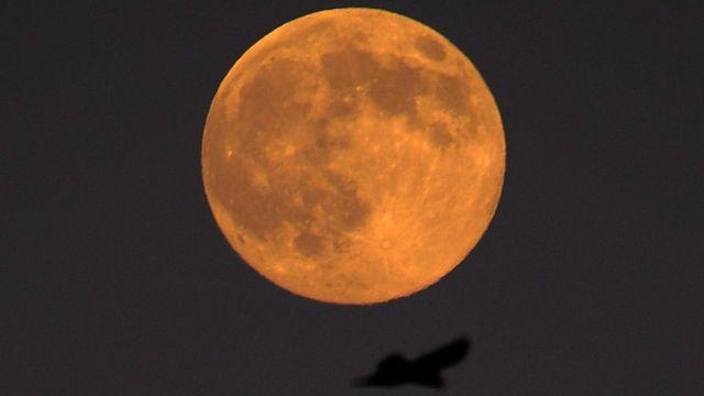 La Lune photographiée le 22 septembre se teinte déjà de rouge avant le rendez-vous de lundi matin. [EPA/MIKE NELSON - Keystone]