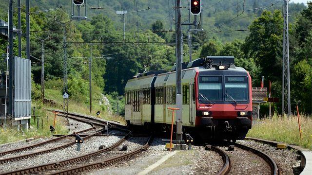 Une rame CFF à la gare de Chambrelien (NE), sur la ligne actuelle Neuchâtel-La Chaux-de-Fonds. [Laurent Gillieron - Keystone]
