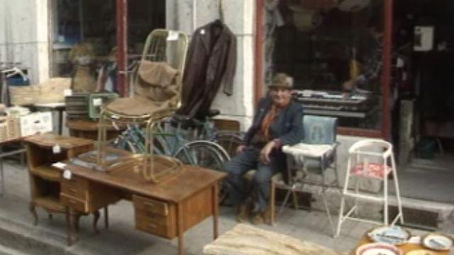 """Le quartier des Pâquis à Genève organise un vide-grenier """"La rue est à vous"""". [RTS]"""