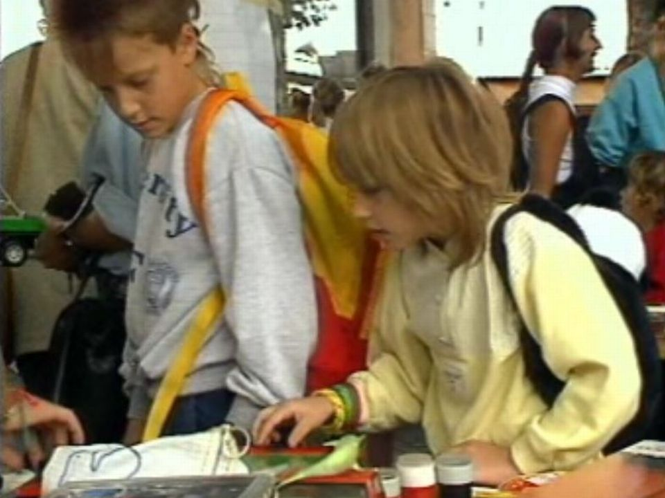 Des enfants chinent au marché aux puces en 1987. [RTS]