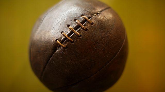Un ballon de football des années 1920. Celui-ci est exposé au musée de l'Athletico Madrid dans son stade Vicente Calderon. [Daniel Ochoa de Olza - Keystone]