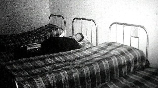 Un homme sans-papiers vivant à l'Armée du Salut en 1962. [RTS]