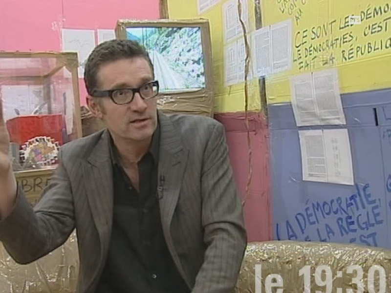 Thomas Hirschhorn à l'interview au Centre culturel suisse de Paris en 2004.