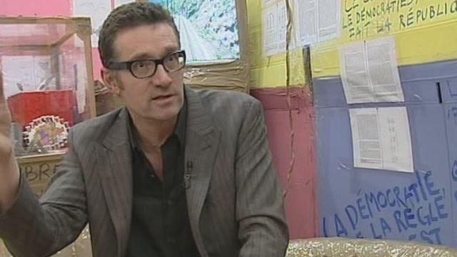 Thomas Hirschhorn à l'interview au Centre culturel suisse de Paris en 2004. [RTS]