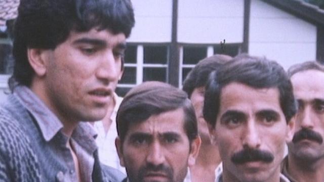 Groupe de requérants d'asile devant le centre de transit de Melchtal en 1988. [RTS]