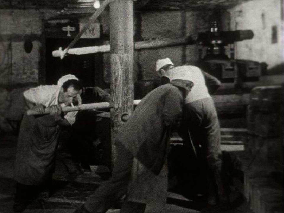 Hommes au pressoir à Concise en 1956. [RTS]