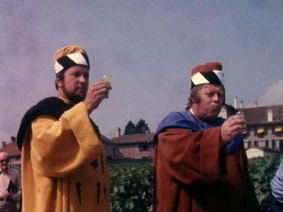 Les compagnons de la confrérie du Guillion goûtent la première pressée de Mont-sur-Rolle, 1976. [RTS]