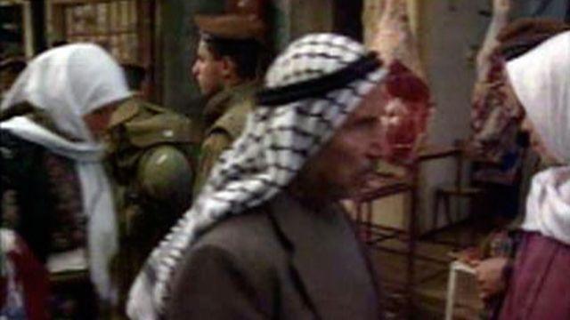 Des soldats israéliens patrouillent à Hébron en 1996. [RTS]
