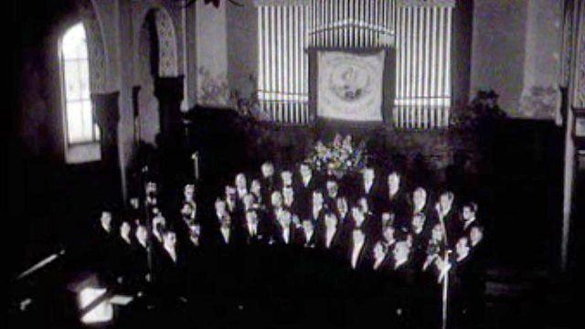 André Charlet dirige une pièce pour culte avec la chorale du Brassus.