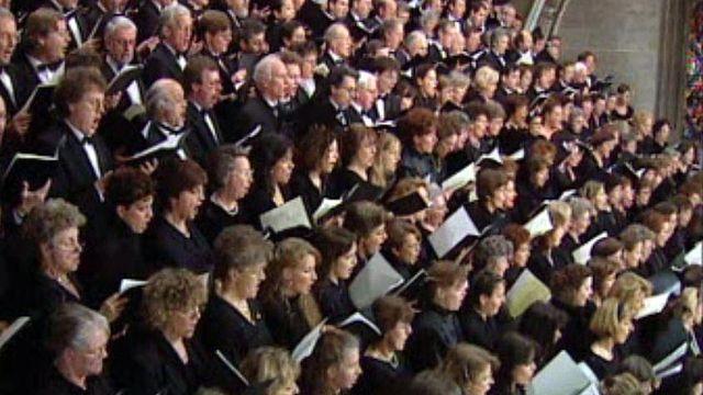 Charlet dirige 400 chanteurs pour la Messe allemande de Schubert [RTS]